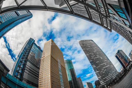 東京都港区・汐留のオフィスビル群と青空の写真素材 [FYI03408580]