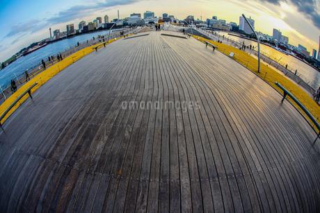 横浜大さん橋からの夕景の写真素材 [FYI03408667]