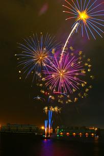 横浜・みなとみらいの花火イメージの写真素材 [FYI03408675]