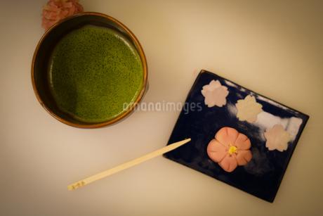 和菓子と抹茶の写真素材 [FYI03408677]