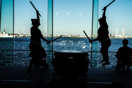 大太鼓を叩く人々のシルエットの写真素材 [FYI03408681]