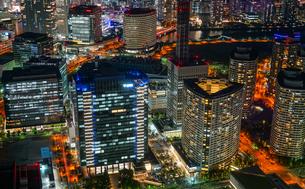 横浜ランドマークタワーから見えるみなとみらいの夜景の写真素材 [FYI03408707]