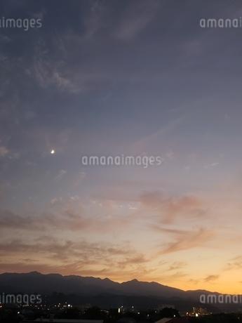 夕暮れと月の写真素材 [FYI03408737]