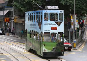 路面電車トラム。香港の庶民の足。の写真素材 [FYI03408765]