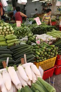 香港の下町「北角」の市場で野菜を売る店の写真素材 [FYI03408767]