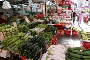 香港の下町「北角」の市場で野菜を売る店の写真素材 [FYI03408768]