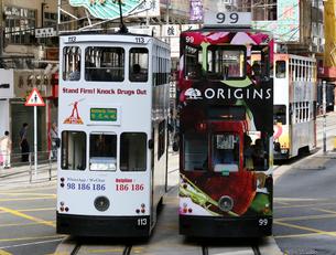 路面電車トラム。香港の庶民の足。の写真素材 [FYI03408779]