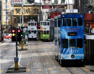 路面電車トラム。香港の庶民の足。の写真素材 [FYI03408781]