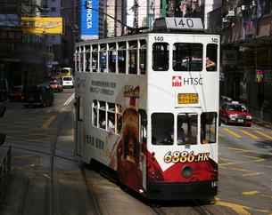 路面電車トラム。香港の庶民の足。の写真素材 [FYI03408783]