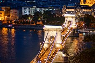 セーチェーニ鎖橋の夜景(ハンガリー・ブダペスト)の写真素材 [FYI03408839]