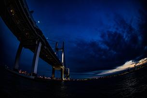 大黒ふ頭から見える横浜みなとみらいの街並みの写真素材 [FYI03408843]