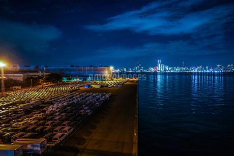 大黒ふ頭の車群と横浜の夜景の写真素材 [FYI03408844]