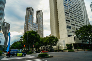 新宿の街並みと秋晴れの空の写真素材 [FYI03408853]