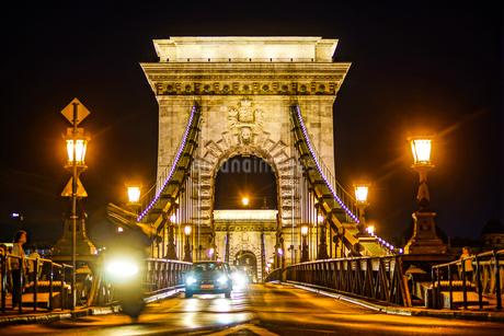 セーチェーニ鎖橋の夜景(ハンガリー・ブダペスト)の写真素材 [FYI03408855]