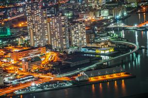 横浜ランドマークタワーから見える夜景の写真素材 [FYI03408856]