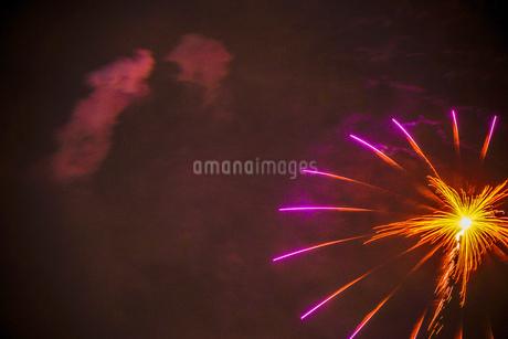 横浜みなとみらいの花火(横浜開港祭2019)の写真素材 [FYI03408858]