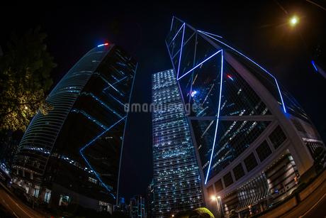 香港特別行政区の高層ビル群の夜景の写真素材 [FYI03408866]