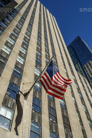 ニューヨークの街並みと星条旗の写真素材 [FYI03408869]