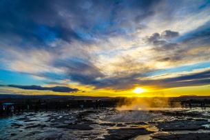ゲイシール間欠泉と朝焼け(アイスランド)の写真素材 [FYI03408875]