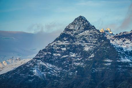 アイスランド・フィヤトルスアゥルロゥン湖の雪山の写真素材 [FYI03408910]