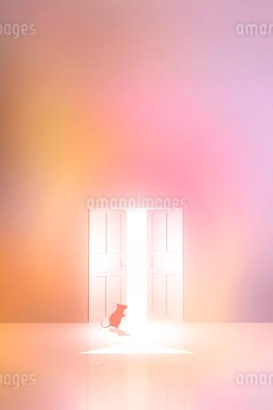 光が射し込むドアとネズミのシルエットのイラスト素材 [FYI03409092]