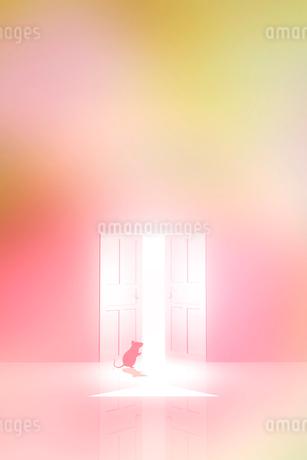 光が射し込むドアとネズミのシルエットのイラスト素材 [FYI03409093]