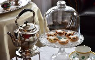 ティータイムの紅茶とクッキーの写真素材 [FYI03409203]