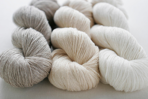 三色のリネンの糸の写真素材 [FYI03409228]