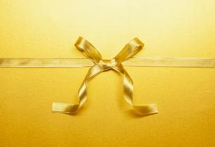 ゴールドのリボンの蝶々結びの写真素材 [FYI03409229]