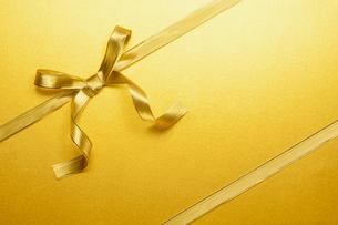 ゴールドのリボンの蝶々結びの写真素材 [FYI03409230]