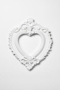 白いハート型の額縁の写真素材 [FYI03409232]