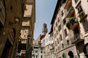 イタリア ヴェッキオ宮殿の見えるフィレンツェの路地の写真素材 [FYI03409252]