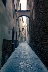 イタリア フィレンツェの古い石畳の路地の写真素材 [FYI03409253]