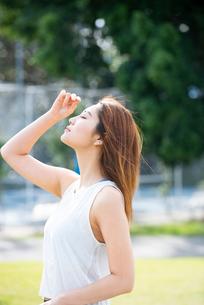 エクササイズ中に空を見上げている女性の写真素材 [FYI03409263]