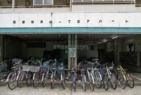 アパートと無数の自転車の写真素材 [FYI03409340]