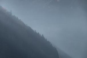 霧に包まれる奥多摩の山々の写真素材 [FYI03409349]