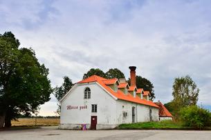 エストニア・北部にある18世紀の建物でエストニアで最も早く修復された領主の館のパルムセの館(現在は公園の情報センターや博物館として使用)の穀倉の写真素材 [FYI03409364]