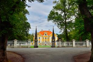 エストニア・北部にある18世紀の建物でエストニアで最も早く修復された領主の館のパルムセの館(現在は公園の情報センターや博物館として使用)の写真素材 [FYI03409365]