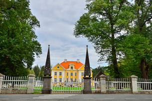 エストニア・北部にある18世紀の建物でエストニアで最も早く修復された領主の館のパルムセの館(現在は公園の情報センターや博物館として使用)の写真素材 [FYI03409366]