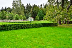 エストニア・北部にある18世紀の建物でエストニアで最も早く修復された領主の館のパルムセの館(現在は公園の情報センターや博物館として使用)の敷地内に作られたコーヒーハウスの写真素材 [FYI03409397]