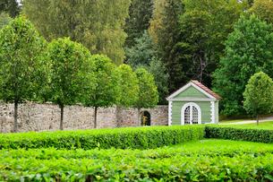 エストニア・北部にある18世紀の建物でエストニアで最も早く修復された領主の館のパルムセの館(現在は公園の情報センターや博物館として使用)の敷地内に作られたコーヒーハウスの写真素材 [FYI03409399]