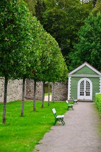 エストニア・北部にある18世紀の建物でエストニアで最も早く修復された領主の館のパルムセの館(現在は公園の情報センターや博物館として使用)の敷地内に作られたコーヒーハウスの写真素材 [FYI03409401]