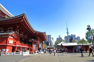 浅草寺から見た東京スカイツリーの写真素材 [FYI03409404]