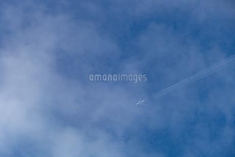 雲の中を進む飛行機の写真素材 [FYI03409425]