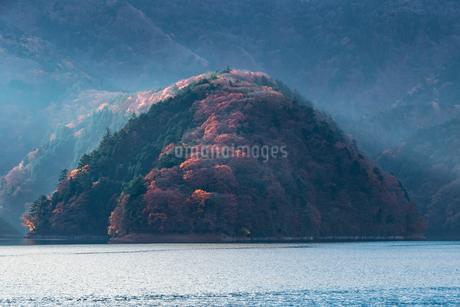 奥多摩湖畔の紅葉の写真素材 [FYI03409447]