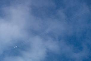 雲の中を飛ぶ飛行機の写真素材 [FYI03409448]