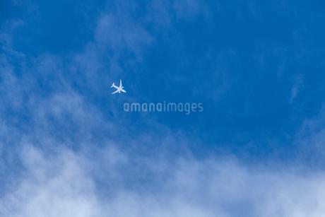 空高く飛ぶ航空機の写真素材 [FYI03409450]
