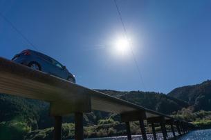 四万十川の三里沈下橋を行く車の写真素材 [FYI03409526]