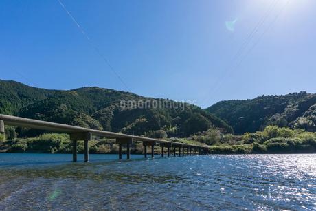 四万十川の三里沈下橋の写真素材 [FYI03409533]