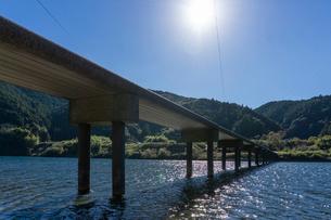 四万十川の三里沈下橋の写真素材 [FYI03409534]
